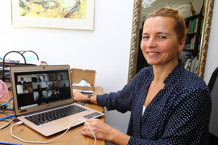 De taallessen voor nieuwe Nederlanders worden normaal gesproken gehouden op een locatie van Vluchtelingenwerk aan de Groenmarkt in Gorinchem. Nu moesten alle cursisten in allerijl worden voorzien van een laptop en wordt onderwezen via de webcam.