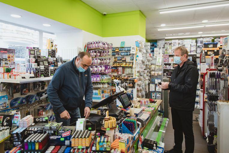 Alexander Yossef heeft zijn Blokkerachtige winkel in het zevende district van Wenen weer geopend. Zijn verliezen schat hij in de tienduizenden euro's.  Beeld Fabian Weiss
