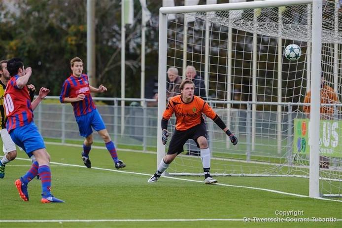 UD-keeper Douwe Hofhuis is kansloos bij een inzet van Saasveldia en ziet de bal in het doel verdwijnen.
