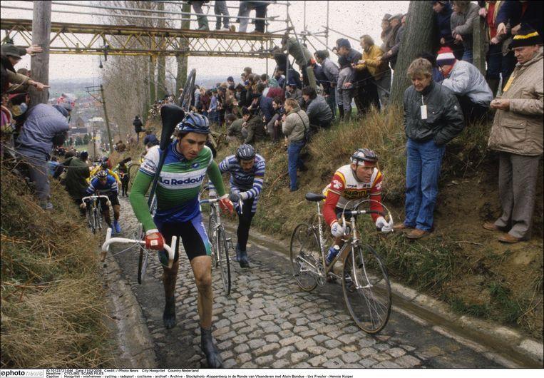 Hennie Kuiper (rechts) in actie op de Koppenberg. Kuiper won de Ronde in 1981.