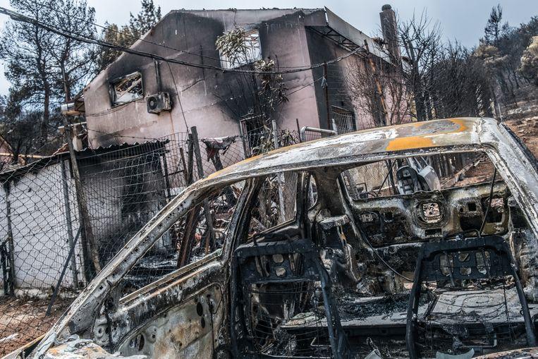 In Mati raakte veel mensen ingesloten door de vlammen van de razendsnel om zich heen grijpende vuurzee. Zesentwintig van de inmiddels zesentachtig dodelijke slachtoffers werden gevonden in de buurt van de populaire Griekse badplaats. Beeld Joris Van Gennip