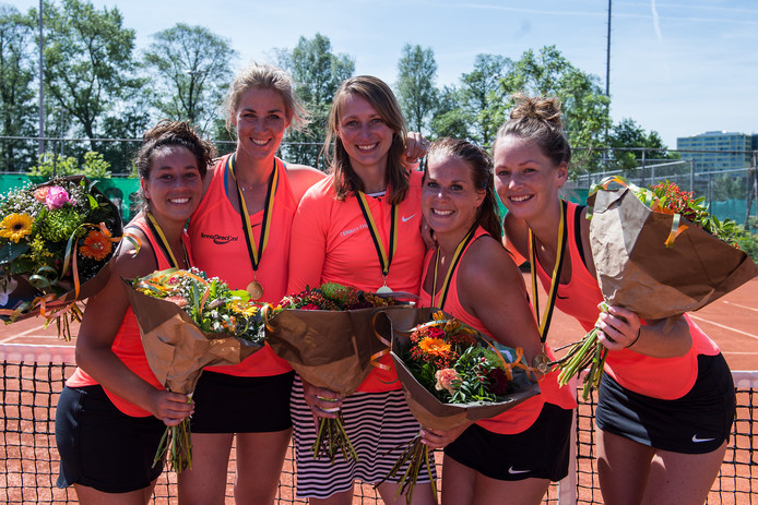 TC Waddinxveen kampioen met Amanda Kortenoeven, Jill Delgado, Samentha Helderop, Chantal Geers, Annemieke Elsholz eredivisie dames 2017