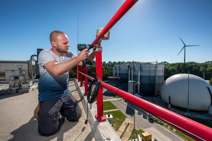 Monteur Ilja Merkulov installeert een van de dertien elektronische neuzen op het terrein van de rioolwaterzuivering op Treurenburg in Den Bosch. De apparaatjes moeten helpen om de stankoverlast die bewoners in de Maaspoort ervaren beter te traceren.