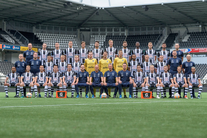 De elftalfoto van Heracles, zonder Reuven Niemeijer en Tarik Kada.