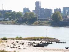 Reenactors spelen Waalcrossing na in Nijmegen, hoogbejaarde veteranen aanwezig