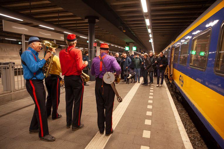 In de speciale trein was een fanfareorkestje van vier mannen met conducteurspetjes op. Beeld null
