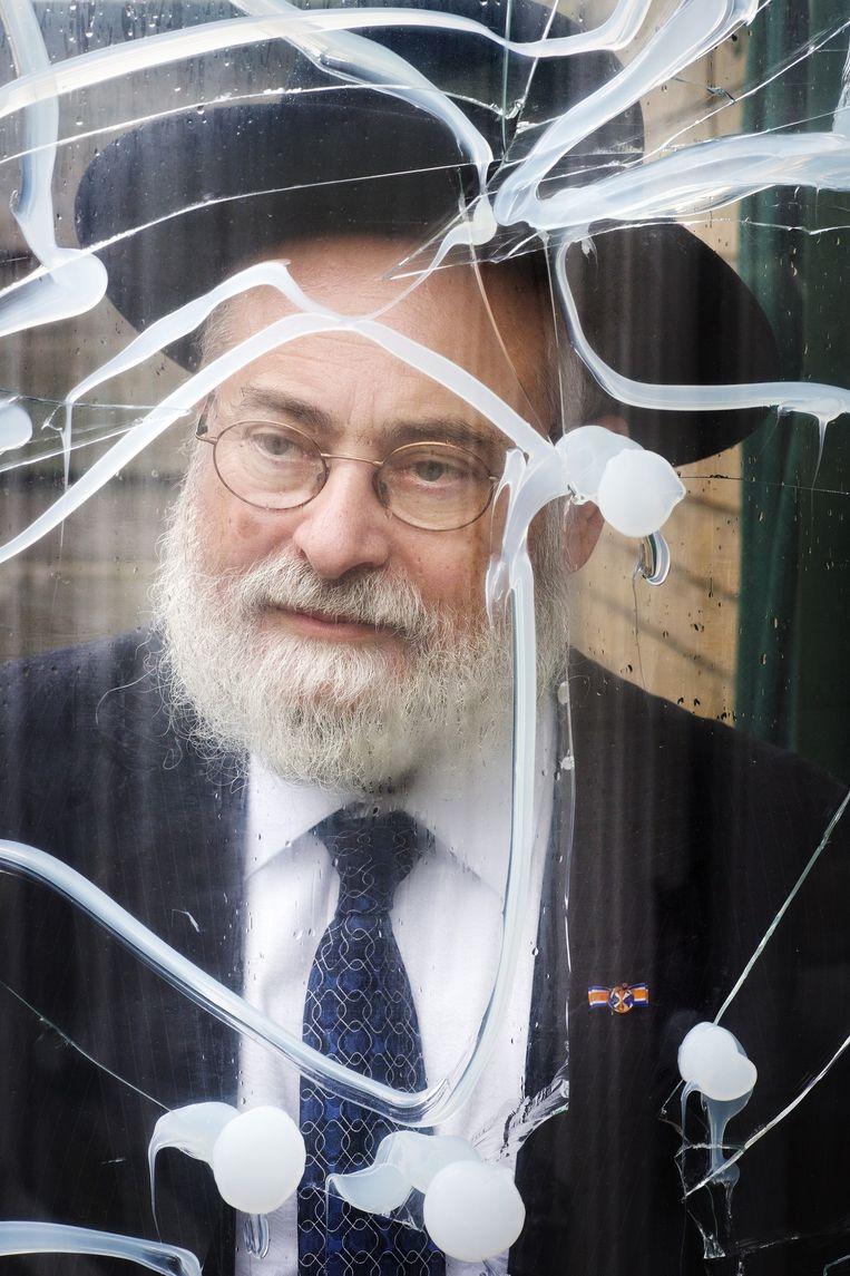 Rabbijn Binyomin Jacobs kreeg drie keien tegen zijn achterruit gegooid Beeld Jorgen Caris