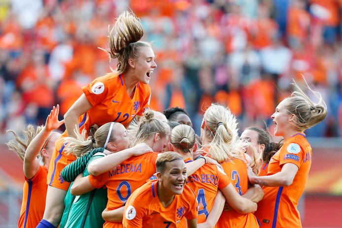 De speelsters van het Nederlands vrouwenelftal juichen na het winnen van de finale tussen Nederland en Denemarken van het EK vrouwenvoetbal in het FC Twente Stadion. ANP BAS CZERWINSKI