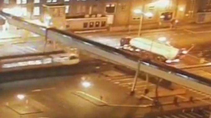 VIDEO. Trein ramt tankwagen op spooroverweg in Leeuwarden