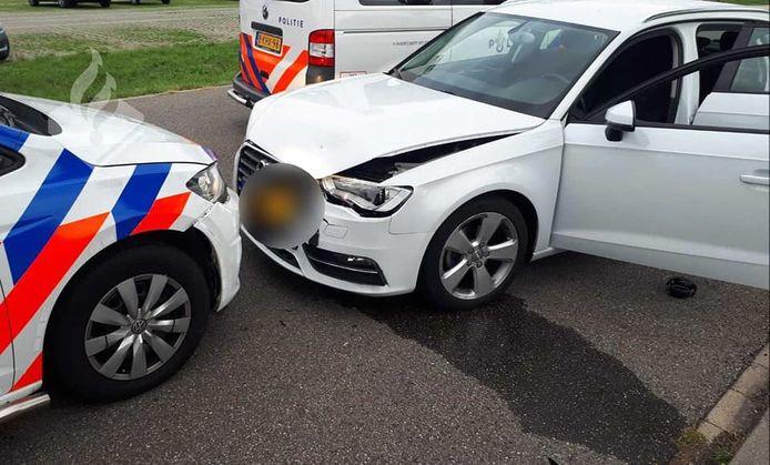 Twee autokrakers zijn gearresteerd nadat zij een politieauto ramden tijdens een vluchtpoging.