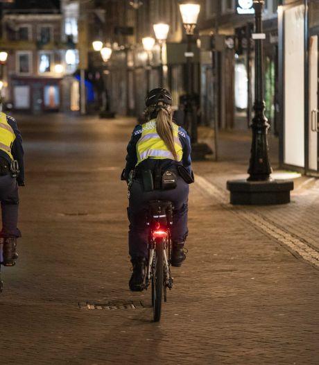 LIVE | Avondklok van kracht: Politie deelt eerste boetes uit in Rotterdam, teststraat in lichterlaaie bij protest in Urk, 12 arrestaties in Stein