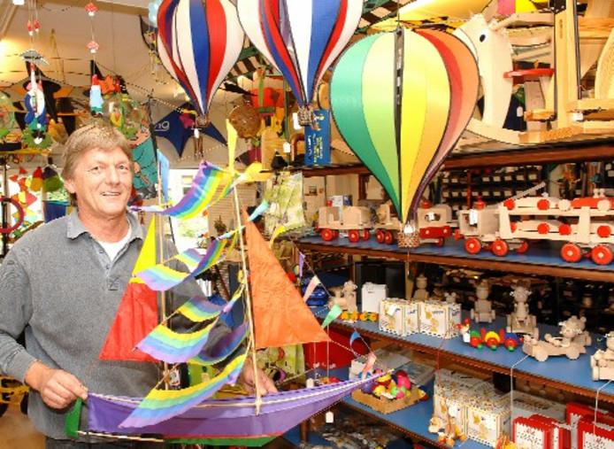 Bert Kardijk, eigenaar van Vliegers & Co, in zijn kleurrijke winkel aan de Veenweg in Deventer. Voor de tweede keer tekent hij voor de organisatie van het vliegerfestival in september. Foto BOB BAKKER