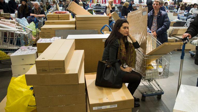 Een vrouw met haar aankopen in de Ikea in Moskou. Beeld AP