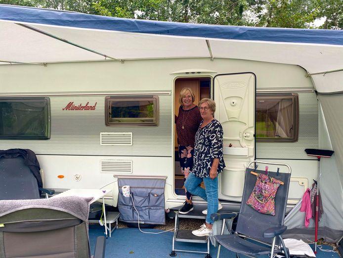 Zussen Ria (rechts) en Paula staan met camper en vouwtent op camping de Vliert in Bunnik.