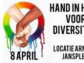 Actie in Arnhem: massaal hand in hand om mishandeld homostel te steunen