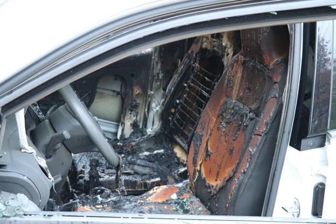 Het uitgebrande interieur van de Volkswagen Up!