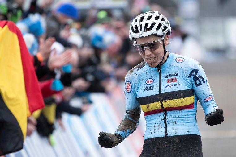 De Belgische Sanne Cant passeert de finish en wint haar tweede wereldtitel. Beeld anp