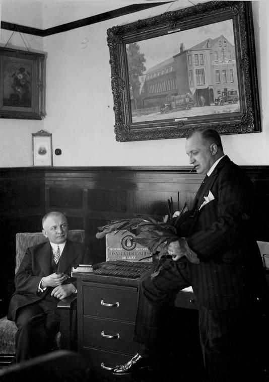 De eerste voorzitter van Woningbelang Hein Snellens (l) met Johan Snellens. Beiden waren directeur van de sigarenfabriek Jasneva.