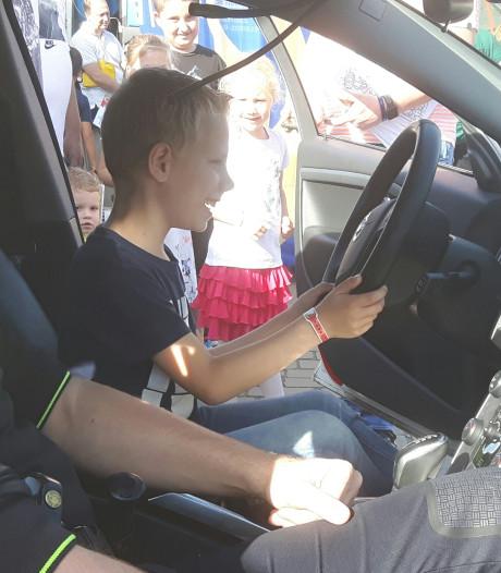 Kinderen kruipen achter het stuur van echte spuitwagen op 112-dag in Veldhoven