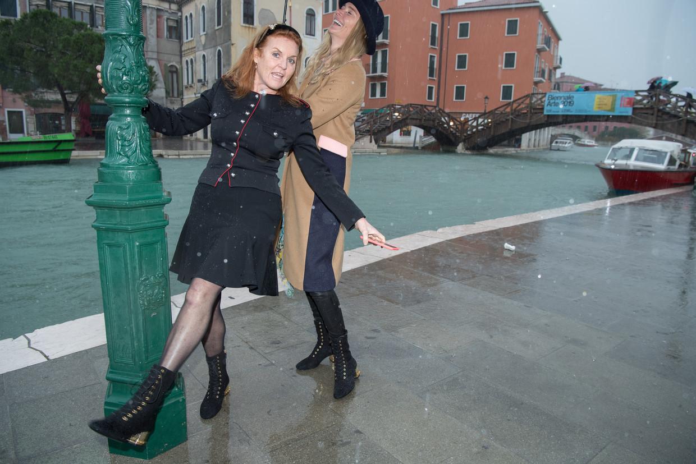 Sarah Ferguson doet 'Singing in the Rain' in overstroomd Venetië.