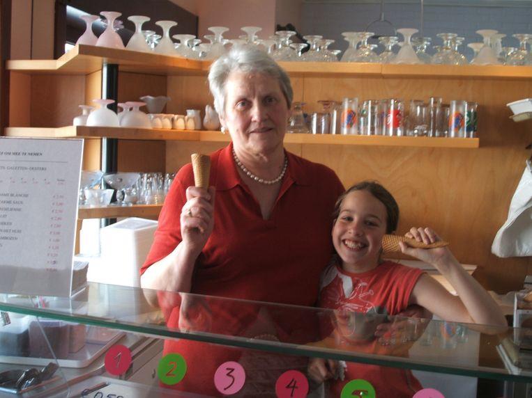Julienne in haar ijssalon met kleindochter Paulien 16 jaar geleden.
