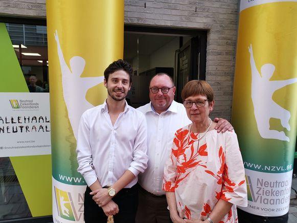 De klantenadviseurs van het Neutraal Ziekenfonds Vlaanderen Brecht en Bea samen met CEO Wim Van Hecke aan het nieuwe kantoor in Ninove.
