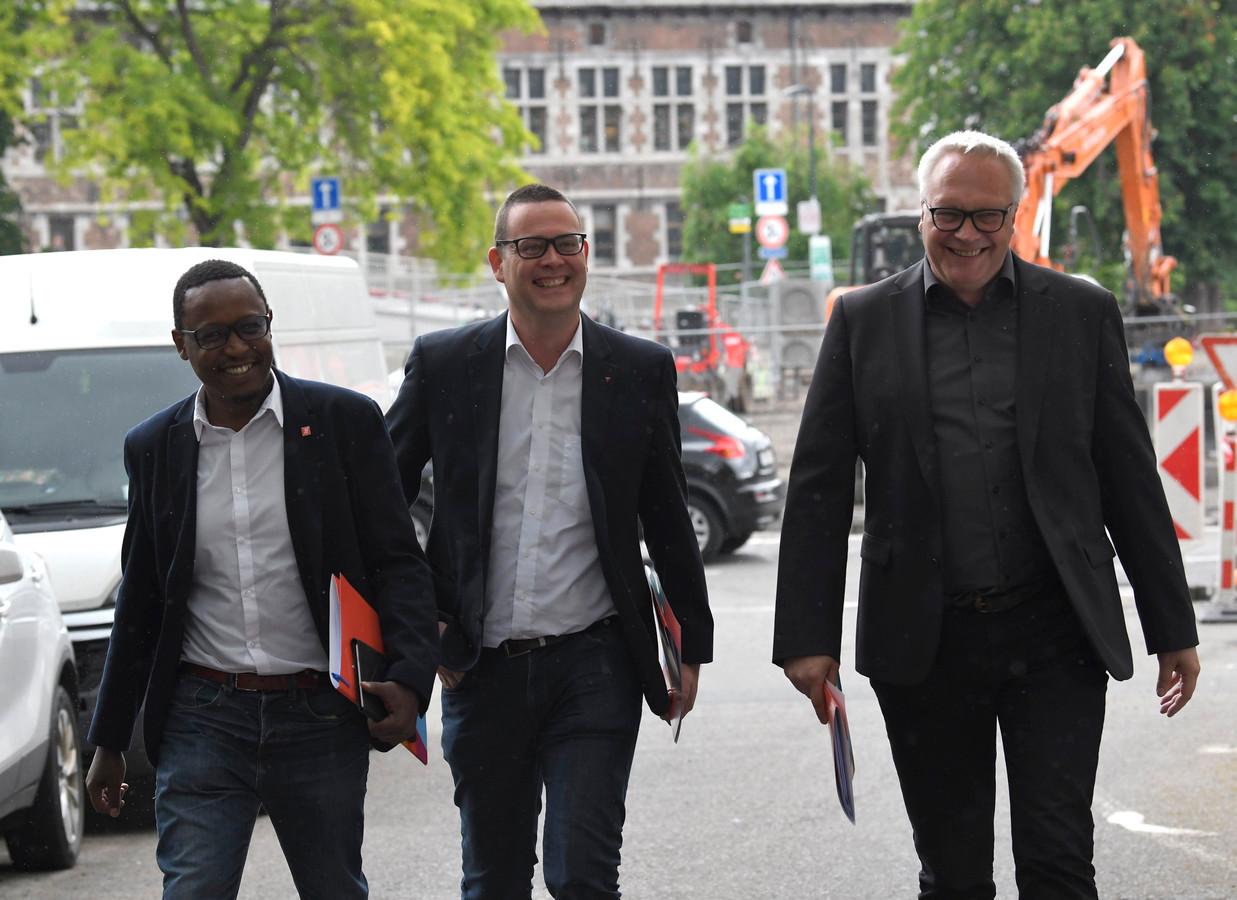 La délégation du PTB arrive au Parlement de Wallonie pour une première entrevue avec Elio Di Rupo et Paul Magnette.