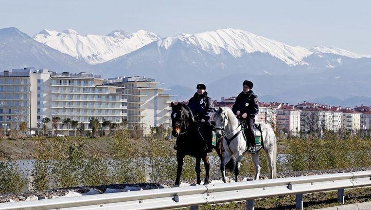 Politie te paard patrouilleert vlakbij het olympisch park. Beeld reuters