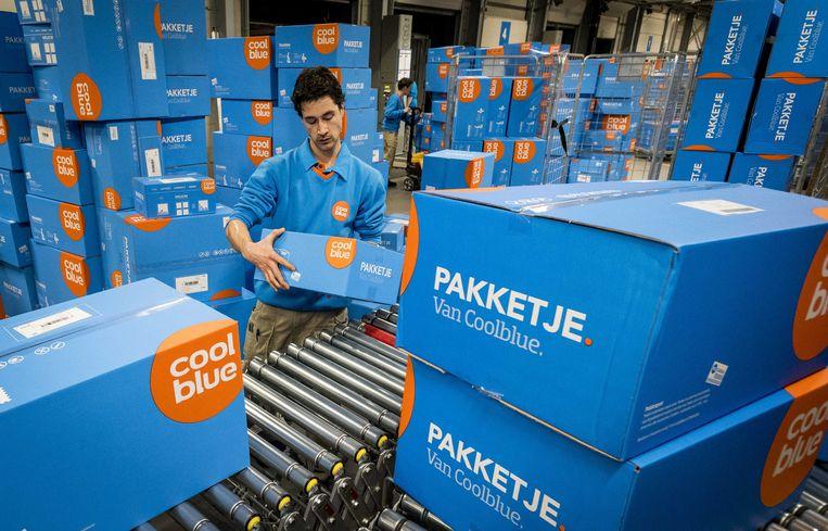 Webwinkels zoals Coolblue zien de vraag naar artikelen die te maken hebben met thuiswerken en thuis leven met honderden procenten stijgen. Beeld ANP
