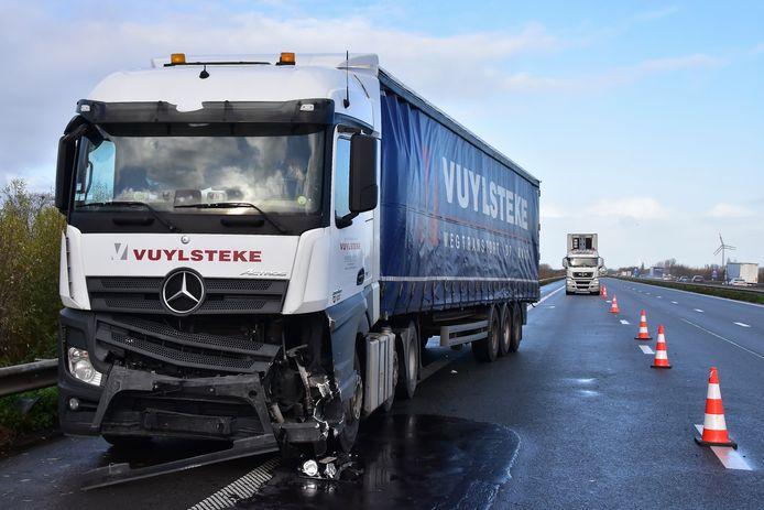 De bestuurder van deze vrachtwagen botste op de E403 tegen een signalisatievoertuig met stootkussen. Dat stond er opgesteld omwille van werken.