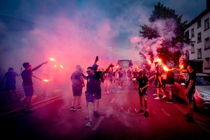De UEFA keert zich tegen alle vormen van vuurwerk, maar vond de aankomst van de spelersbus van Willem II zo mooi dat het graag over de foto's wil beschikken.