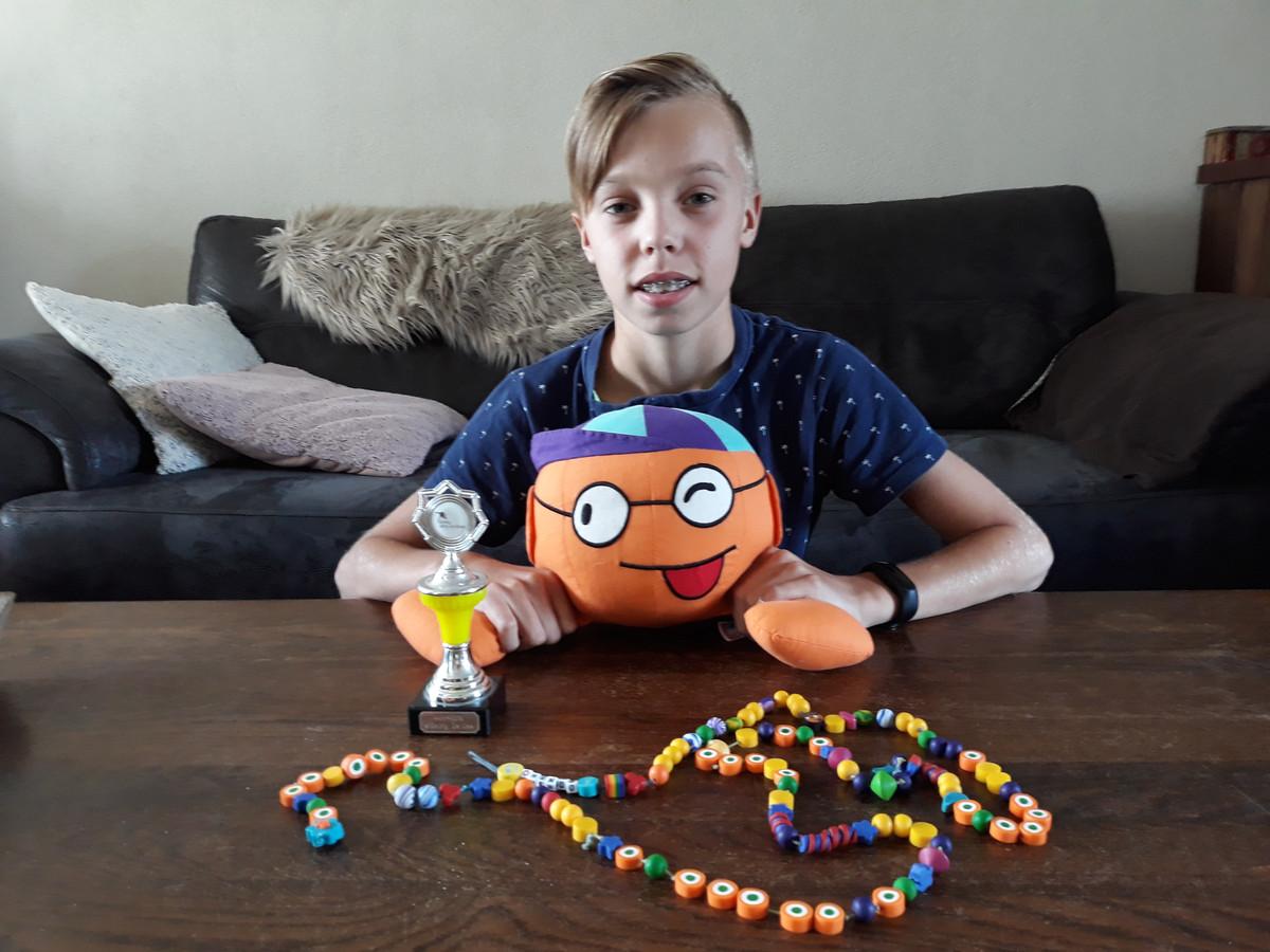 De elfjarige Mendo van Leeuwen toont de beloningen na elk van de vele tientallen behandelingen die hij onderging bij de bestrijding van zijn kanker. Mendo is genezen. Op 15 en 16 september is hij een van de Eregasten bij de Samenloop voor Hoop in Sint-Michielsgestel.