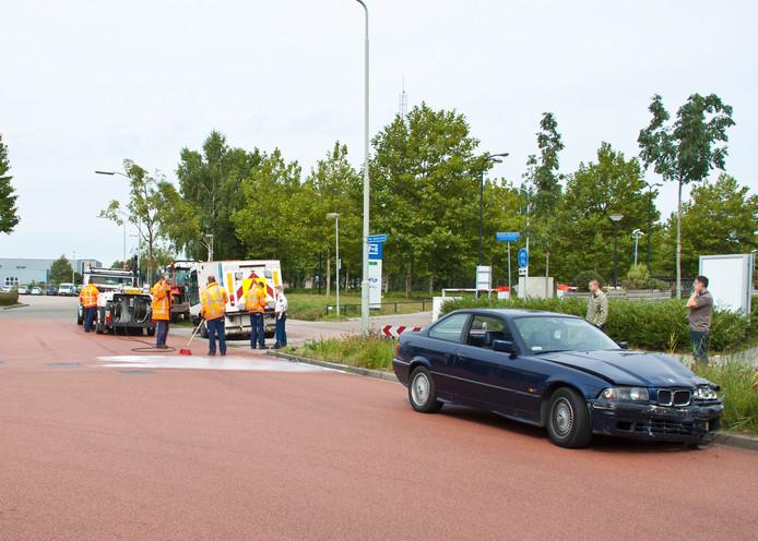 De beschadigde BMW na het ongeluk in Boxtel. Op de achtergrond de veegwagen. Foto Mark van der Pol