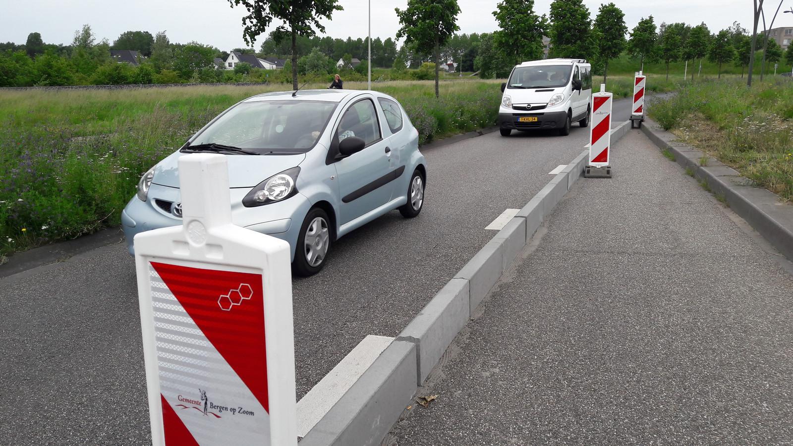 Sinds de afslag vanaf de Markiezaatsweg naar de Zuiderdreef in Bergen op Zoom is afgezet met betonranden, ligt de snelheid lager. Positief voor de verkeersveiligheid, stelt wethouder Annette Stinenbosch.