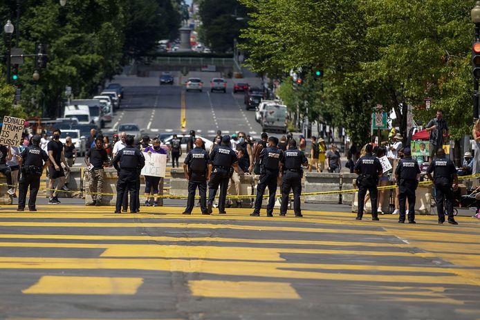 Politie veegt een plein in Washington schoon nadat demonstranten probeerden het standbeeld van  Andrew Jackson in Lafayette Park neer te halen.