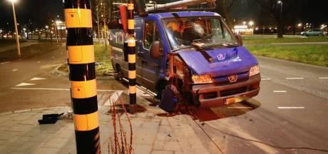 Bestelbusje ramt verkeerslicht kapot in Eindhoven, dronken bestuurder opgepakt