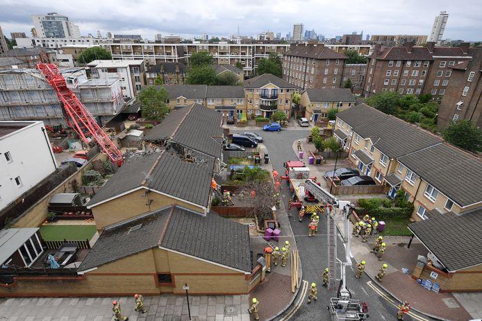 Schade in Bow, Londen, nadat een kraan op een aantal huizen viel.