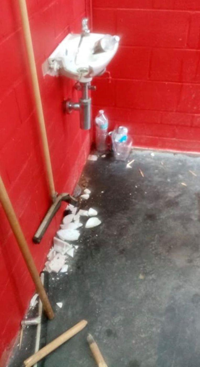 Er werd nogal wat schade aangericht in een van de kleedkamers van SK Staden.