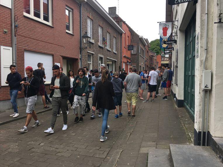 Dit anders zo rustige straatje in het oude havendorp lijkt wel een drukke winkelstraat.
