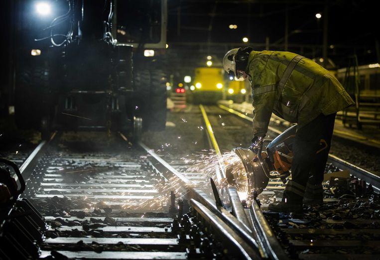 Medewerkers werken dag en nacht aan de rails. Beeld ANP