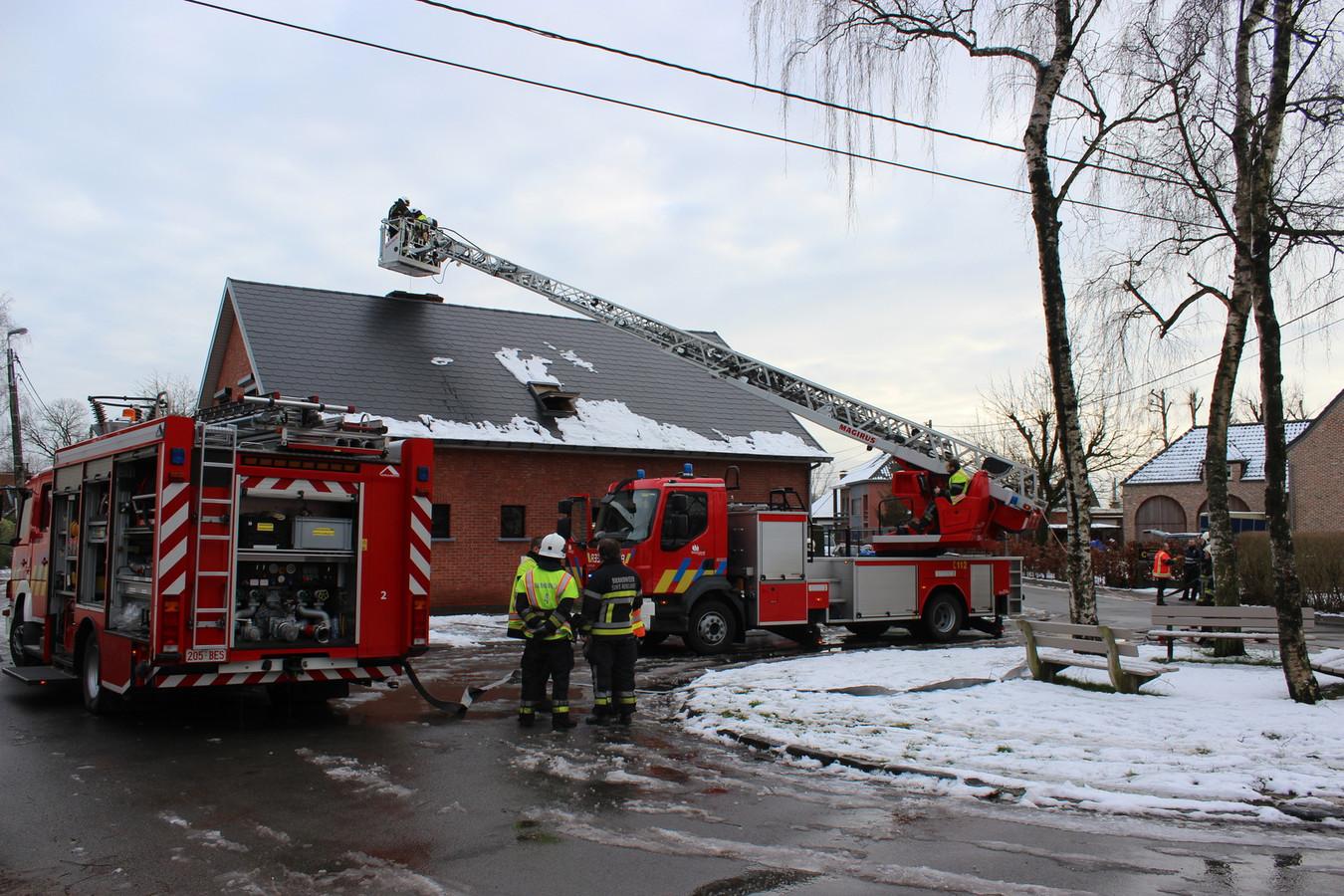 De brandweer controleert het dak van kinderdagverblijf Miki nadat er brand ontstond.