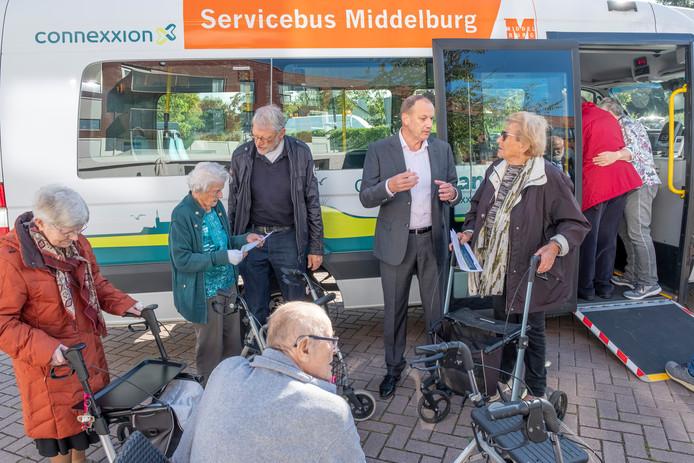 Wijlen wethouder Cees Lodder gaf in 2018 uitleg aan bewoners van Hof 't Seijs in de wijk Griffioen over de servicebus, die toen ging rijden als alternatief voor het gewone openbaar vervoer.