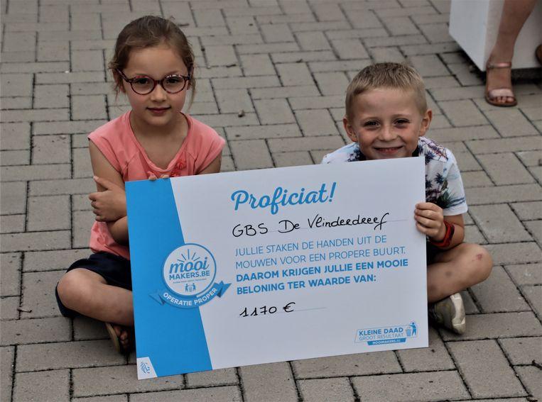 De Mooimakers van De Vlinderdreef ontvingen een cheque van 1.170 euro.