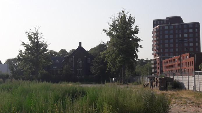 Het oude zusterhuis/Luzac College aan de Heezerweg in Eindhoven, met het terrein waar ooit het Rectoraat en de Tivolikerk stonden.