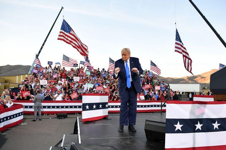 De Amerikaanse president  Donald Trump doet een dansje na afloop van een verkiezingsbijeenkomst in Carson City, Nevada. Beeld AFP