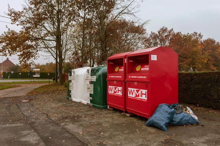 Zwerfvuil bij de containers naast stedelijke begraafplaats Ter Ruste.