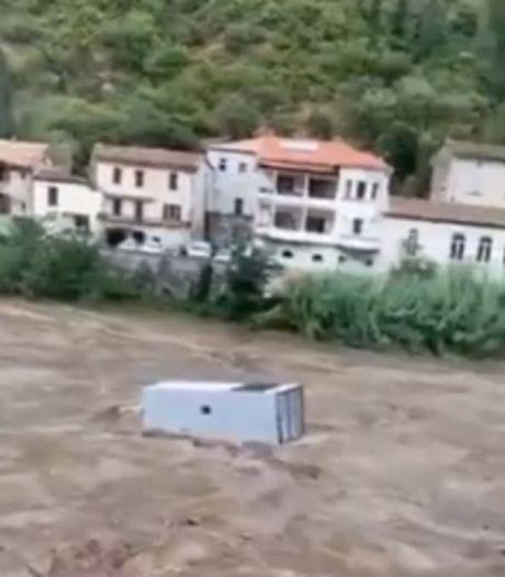 Les images impressionnantes d'un camion emporté par les eaux dans le Gard