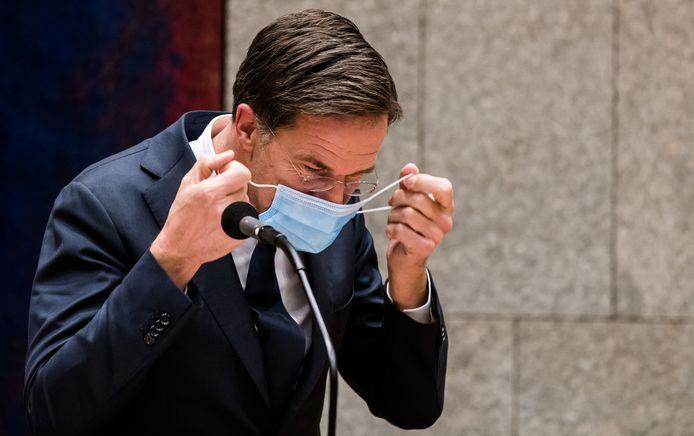 Premier Mark Rutte doet een mondkapje op.