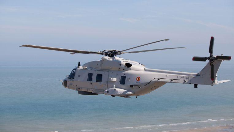De vier bemanningsleden werden met een NH90-helikopter van de sloep met technische problemen gehaald.