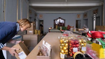 Decoratieteam haalt nu al kerstversiering boven in kasteel d'Ursel